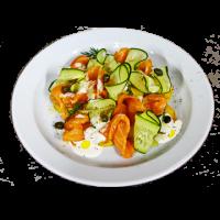 Салат из копченого лосося на подушке из обжаренного картофеля с соусом из сметаны и хрена